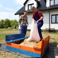 Chłopcy z pszczyńskiego poprawczaka budowali piaskownice - reportaż TVP3